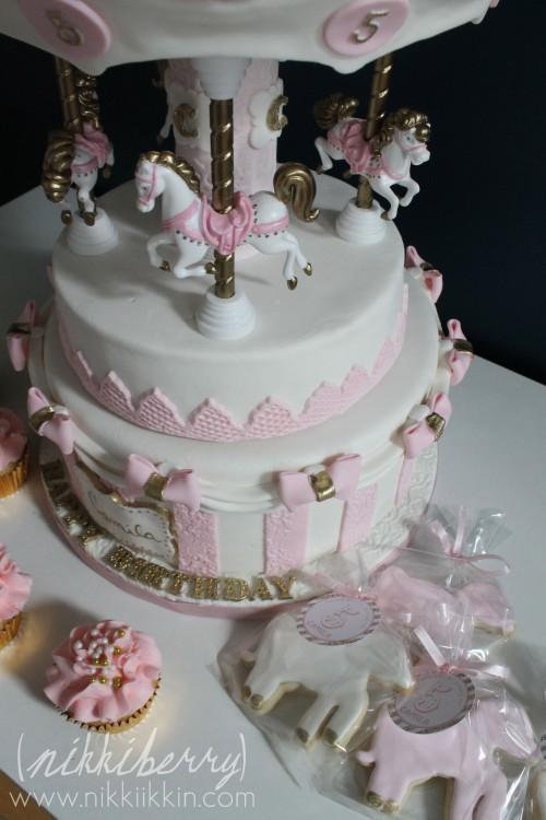 Nikkiikkin carousel cake 9
